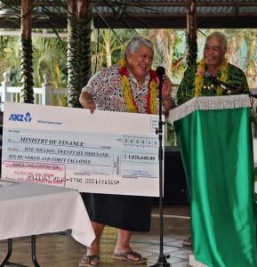 PM Tuilaepa receives the dividend cheque from Chair of the SLC Board Lavea Tupuola Lemalu Sione Malifa