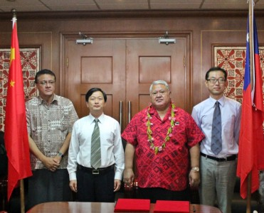 PM Tuilaepa with Samoa's Ambassador to China and Shenzhen Representative Mr Zhu Tingfeng and associate after the sister-city agreement had been signed.