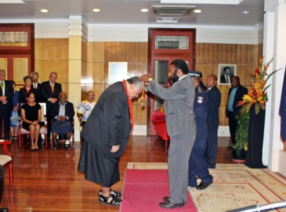 PM Tuilaepa receiving PNG Order of Logohu award
