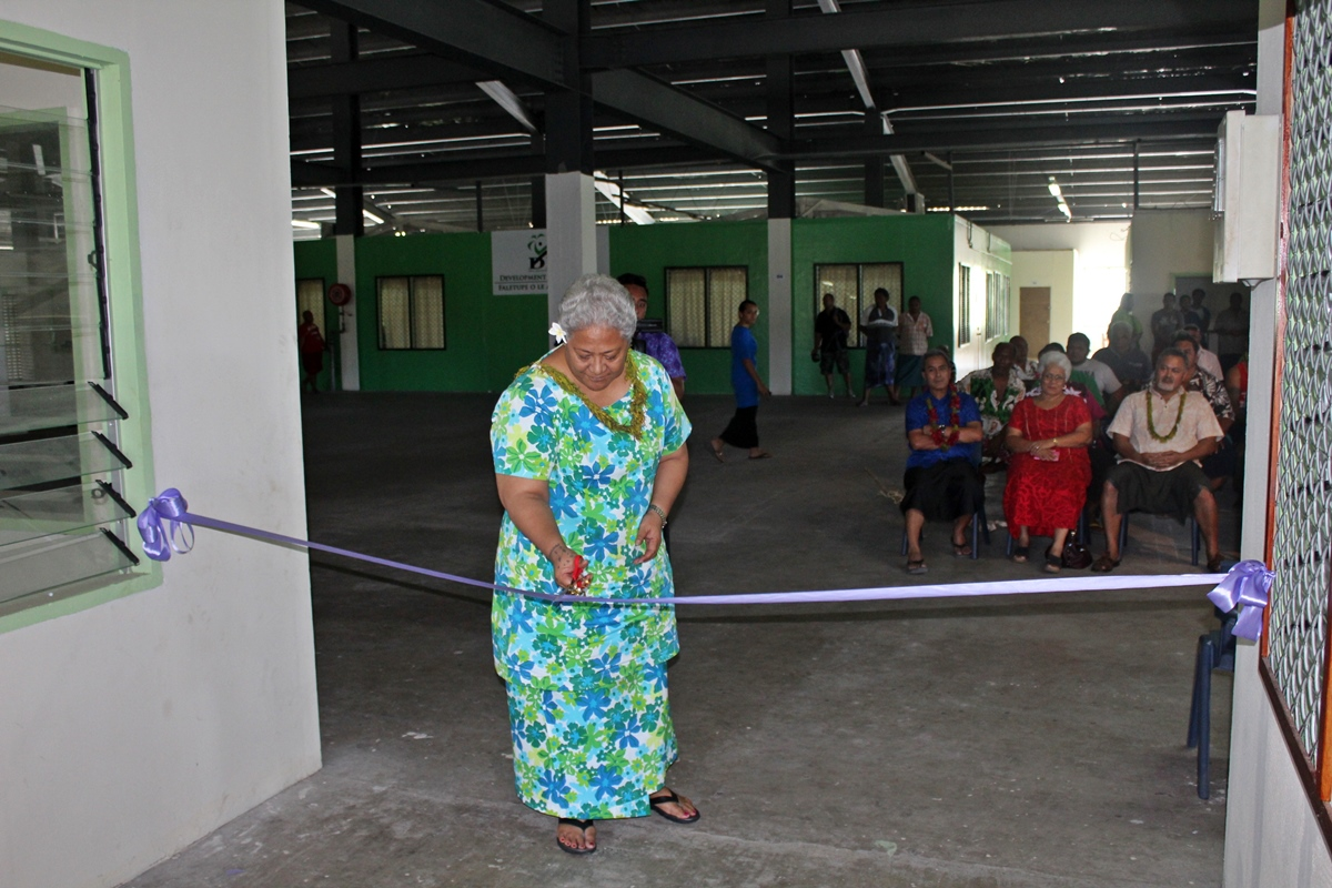 Deputy Prime Minister Fiame Naomi Mataafa cuts the ribbon to open the office.