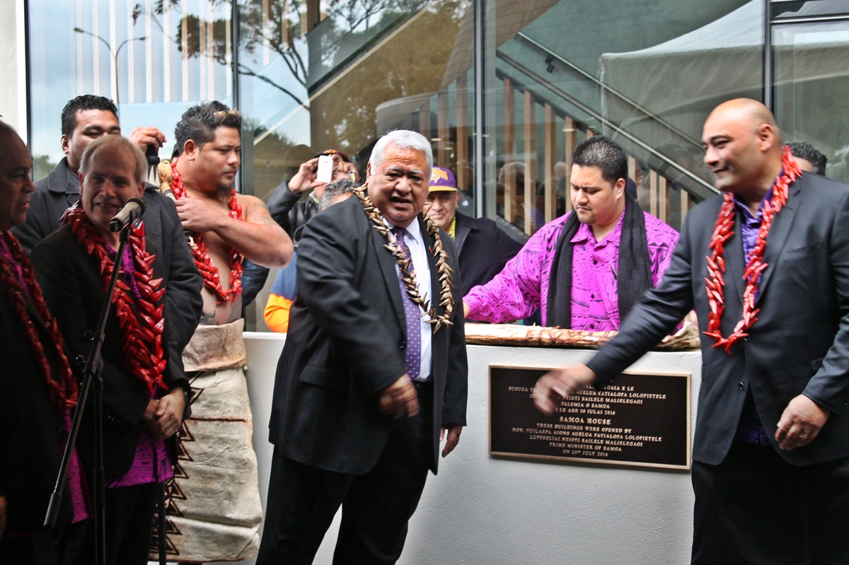 PM Tuilaepa unveils the plaque to officially open the new Consulate Complex.